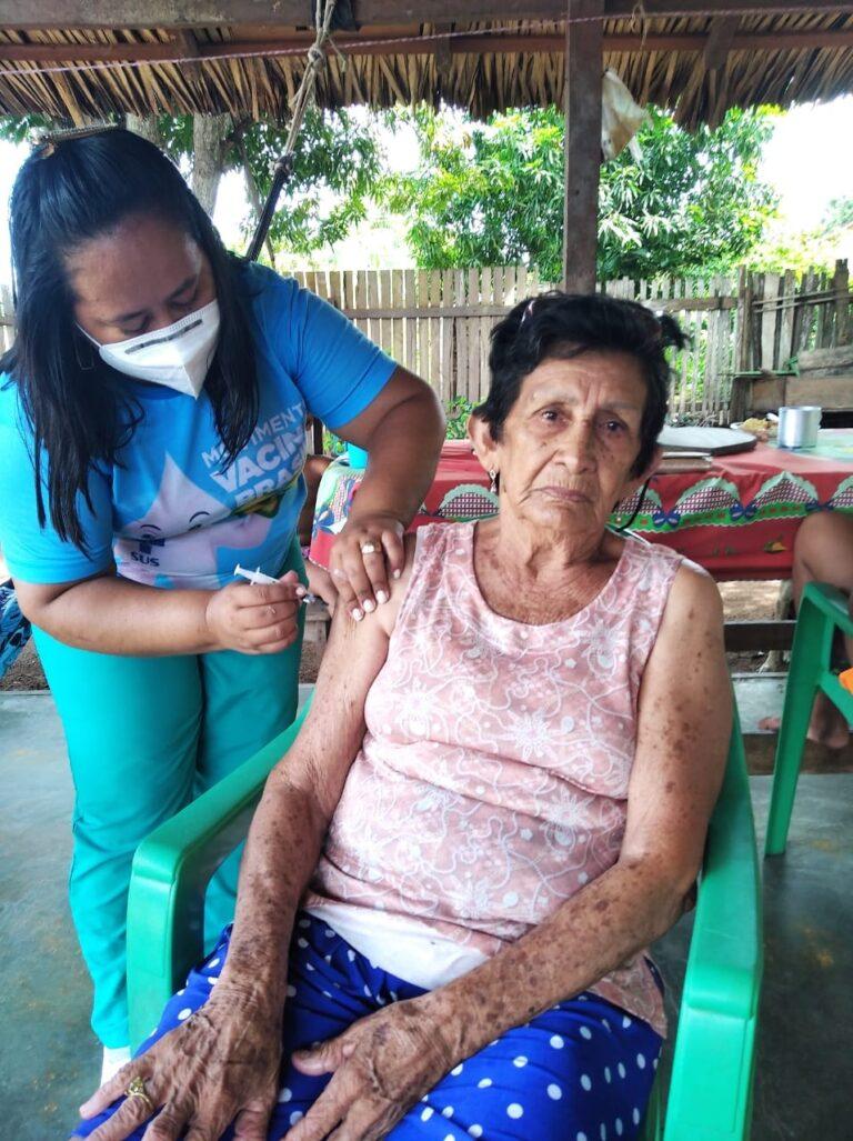 SEMSA realiza vacinação da segunda dose da CoronaVac em idosos de 60 a 64 anos e acima de 80 anos